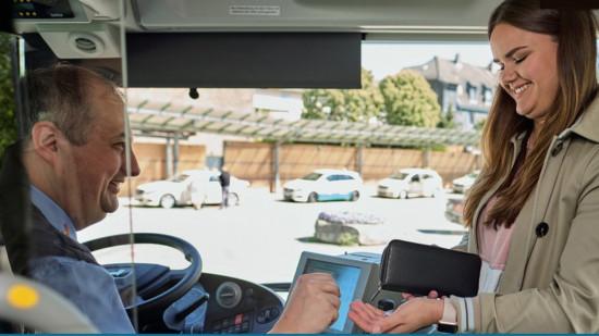 Busfahrer und Fahrgast beim Bezahlen
