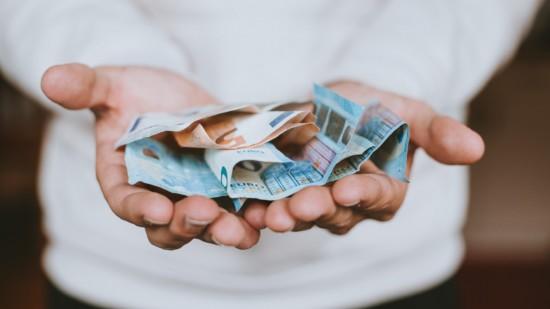 Geld in 2 Händen