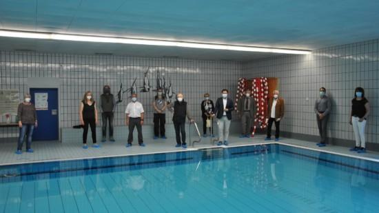 Gruppe in Schwimmhalle